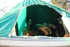 mounting the fan at Hostel Hammocas